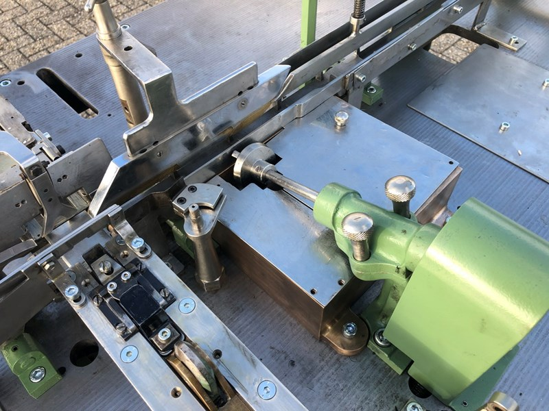 Matchbook Advernote pasting and forming machine